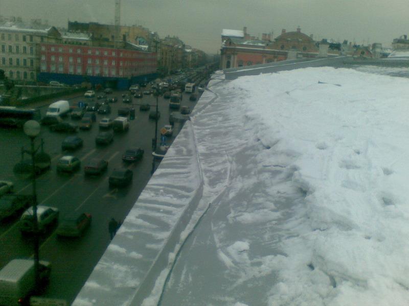 Очистка кровли от снега. Невский проспект