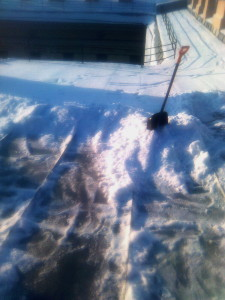 Очистка кровли от снега и наледи и сосулек