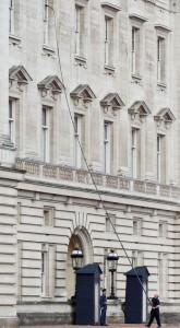 Мытье окон в Букингемском дворце